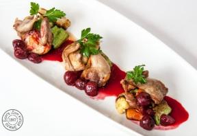 Перепёлка по-царски с запеченными овощами и соусом «Пьяная вишня»